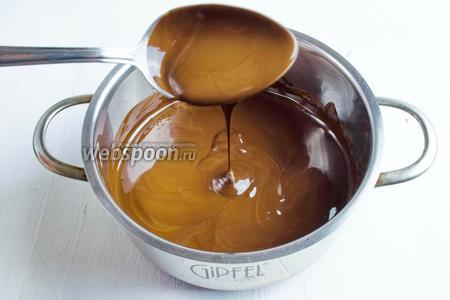 Шоколад (200 г) растопить на водяной бане.