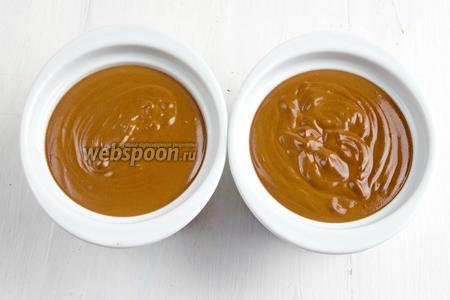 Разлить горячую шоколадную массу в порционные формочки. Остудить. Остывшие формочки с шоколадной массой поставить в холодильник (минимум на 1 час).