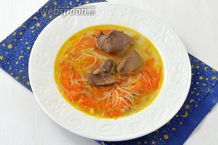 Суп с куриной печенью готов. Подавайте суп со сметаной, посыпав зеленью.