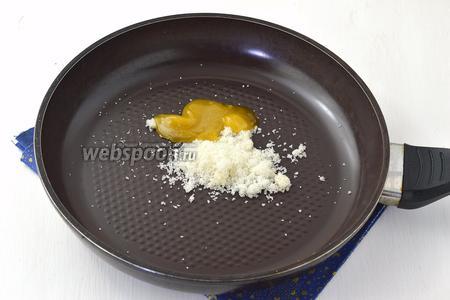 На сковороду выложить 100 г сахара и 50 мл мёда. Нагревать, помешивая, пока не растворится сахар. Это происходит достаточно быстро.
