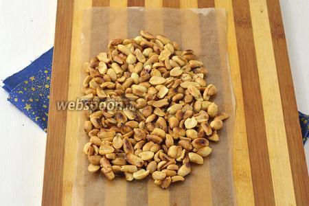 Пергаментную бумагу слегка смазать растительным маслом и выложить на неё арахисовую массу.  Разровнять с помощью мокрых рук, ложки или скалки. Толщина пласта должна быть приблизительно 7 мм. Оставить в холодильнике на 1 час.