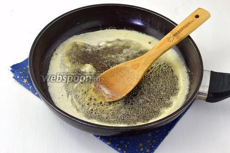 В сковороде соединить 100 мл мёда и 50 г сахара. Нагревать, помешивая, пока не растворится сахар.