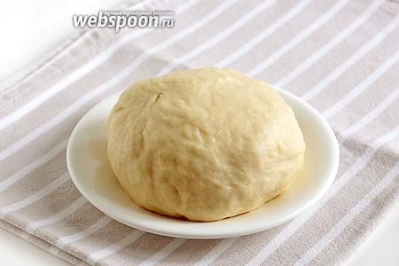 Добавить муку (270 г) и замесить плотное тесто. Хорошо подмесить тесто на столе и дать ему полежать под полотенцем несколько минут.