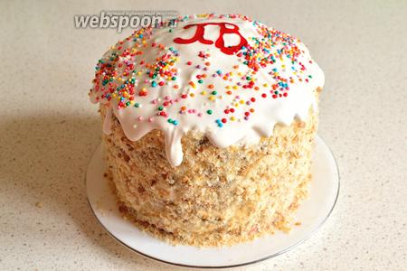 Теперь оформляем торт до конца. Сверху толстым слоем выкладываем крем, имитируя глазурь на куличе. Украшаем сверху кондитерской посыпкой. Убираем в холодильник как минимум на ночь, но лучше даже на более долгое время. Торт «Кулич» готов. Все легко и просто).
