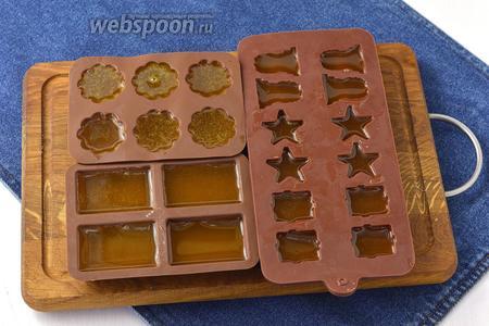 Разлить смесь по формочкам. Смесь застывает даже при комнатной температуре, но можно отправить и в холодильник на 30 минут.