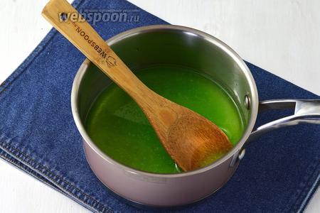 Будем использовать 3 вида желе клубничное, лимонное и киви. Каждое желе растворить в горячей воде, но её брать не 0,5 л, как указано в инструкции, а 300 мл.