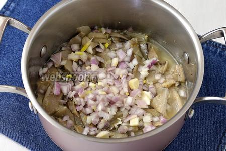 Остудить. Добавить нарезанный лук (1 шт.).