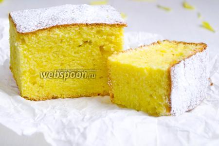 По желанию, пирог немного посыпать сахарной пудрой. Нарезать его порциями. Подать на десерт.