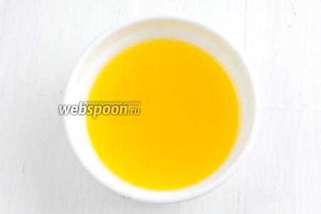 Отжать сок из апельсина и лимона. Процедить. Получилось (100 мл).