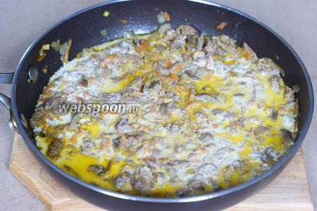 Добавляем сметану (100 г), по 3 г соли и перца. Если сметана густая, можно добавить немного кипятка. Тушим 20 минут.
