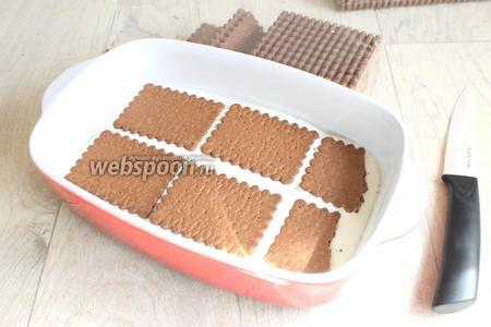 Заливаем кремом, толщина кремового слоя 1 см. И далее опять кладём печенье. И так делаем ещё ряд. У нас получается 3 ряда печенья (100 г).