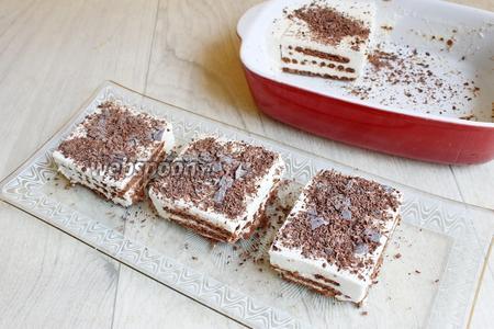 Утром посыпаем тёртым шоколадом (20 г) и нарезаем на квадраты. Всё! Приятного!