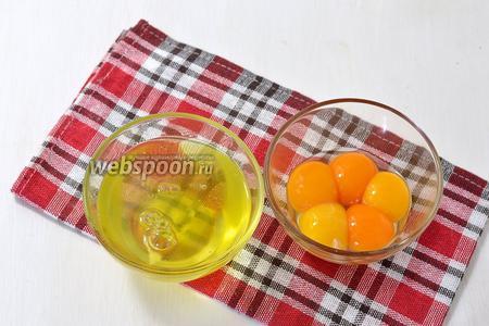 У яиц отделить белки от желтков. Нам понадобятся только белки, а желтки можно использовать для приготовления крема.