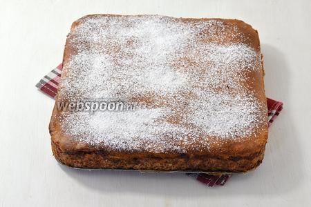 Охладить пирог и вынуть из формы. Украсить сахарной пудрой.