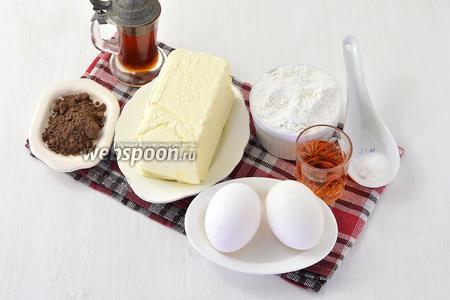Для работы нам понадобится мука, масло, яйца, ликёр клубничный, сироп карамельный, разрыхлитель, ванильный сахар, какао.