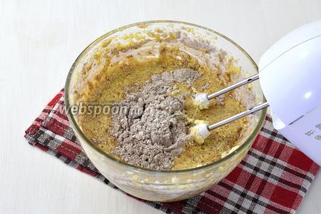 Просеять муку (250 г) с разрыхлителем (10 г), какао (6 ст.л.) и ванильным сахаром (20 г). Вмешать эту смесь в масляную массу.