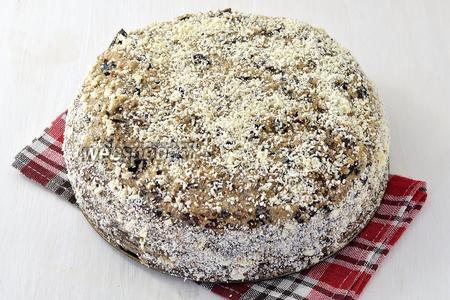 Верх и бока тоже оформить кремом. Дать настояться торту 3-4 часа.  Шоколадный торт с черносливом готов.