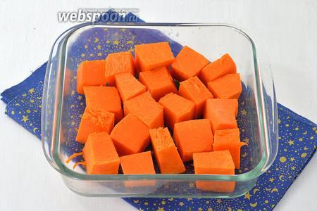 Тыкву (500 г) очистить, нарезать на кубики и  выложить в форму для запекания. Запечь в духовке при 180°С до мягкости (на это уходит приблизительно 35 минут, но это зависит от сорта тыквы).