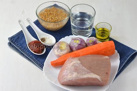 Для работы нам понадобится свинина, предварительно замоченная в холодной воде на 12 часов перловка, морковь, лук, вода, соль, перец, подсолнечное масло, томатная паста.
