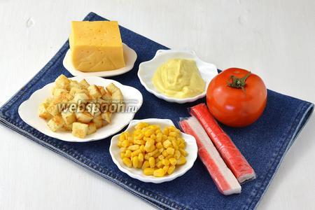 Для работы нам понадобится кукуруза, крабовые палочки, майонез, чеснок, помидоры, сухарики.