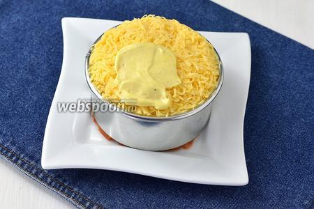 Четвёртый слой — сыр. Его тоже слегка смазать майонезом.