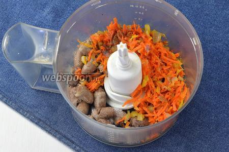 В чаше кухонного комбайна (насадка «металлический нож») соединить сердечки, лук, морковь. соль и перец (по вкусу).