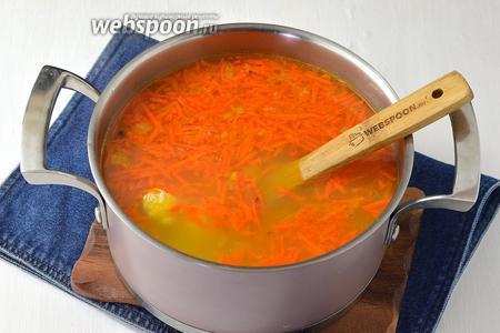 Довести до кипения. Проверить ещё раз суп на соль. Убрать с огня.
