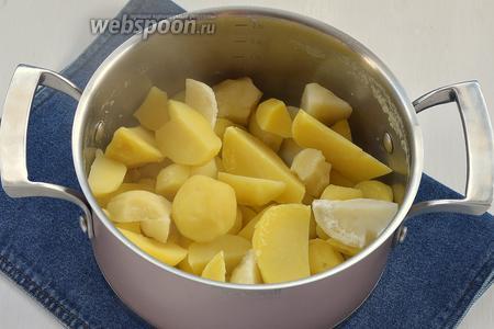 Картофель (1 кг) очистить, отварить до готовности в подсоленной (1 ст. л.) воде. Воду слить.