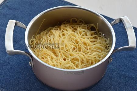 Спагетти (400 г) отварить до состояния «аль денте» в подсоленной воде. Воду слить.