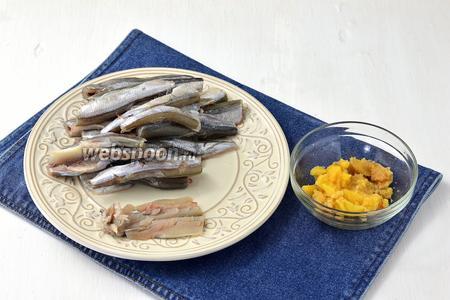 Мойву (700 г) очистить, промыть и отделить филе. Пропустить филе через мясорубку. При чистке мойвы сохраните икру.