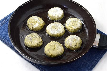 Обжарить котлеты в сковороде на растительном масле до золотистой корочки с обеих сторон.