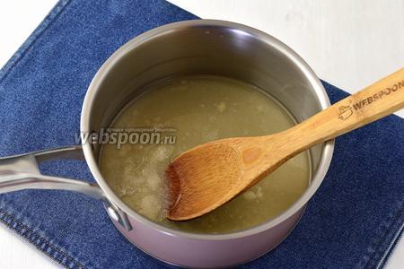 В сотейнике соединить воду 70 мл, сахар 1 стакан и лимонный сок 1 столовая ложка. Довести до кипения и проварить 3 минуты.