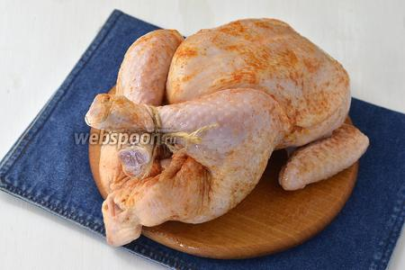 Натереть курицу со всех сторон солью (1 ст.л.), перцем (0,5 ч.л.), приправой для курицы (2 ст.л.) и растительным маслом (2 ст.л.). Оставить на 30-45 минут.
