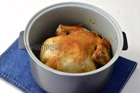 Дальше перевернуть курицу на вторую сторону и готовить ещё 30 минут.