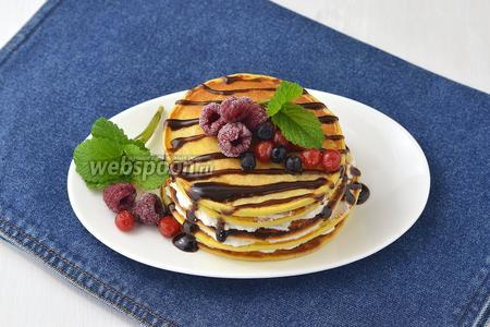 Соединить панкейки по 5-6 штук. Украсить ягодами, мелиссой, шоколадным соусом. Торт из панкейков готов к подаче.