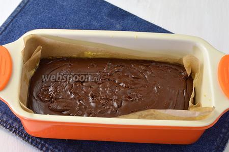 Форму выложить пергаментной бумагой, которую смазать сливочным маслом. Вылить массу в подготовленную форму и полностью охладить.