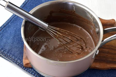 Тщательно перемешать и отправить на водяную баню или на минимальный огонь. Помешивать, пока получится однородная шоколадная масса.