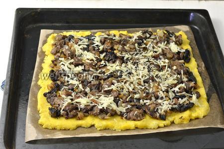 Сверху выложить кртофельную начинку и натереть 100 г сыра.