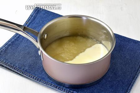 В толстостенном сотейнике соединить сахар (255 г), воду (50 мл), сгущённое молоко (120 г).