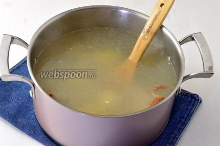В кастрюлю  с водой (2,5 л) выложить подготовленный окорочок и целые очищенные картофелины (300 г). Довести до кипения и варить до готовности картофеля.