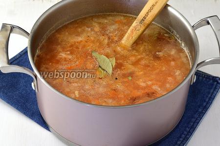 Когда будет готов рис, в кастрюлю выложить луковую массу, картофельную, томатную пасту (3 ст.л.), лавровый лист (2 шт.) и перец горошком (5 шт.). Готовить ещё 5 минут.