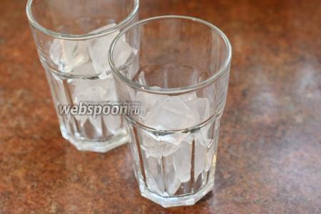 Можно просто смешать сироп, минеральную воду (1500 мл) и сок 1 лимона в кувшине. Но гораздо эффектнее будет подача в бокале типа Хайболл, особенно, если ёмкость этого бокала будет 400 или более миллилитров. Тем более, что лимонада, как и мохито, много не бывает. Займёмся построением коктейля в бокале. Выкладываем лёд (500 г).