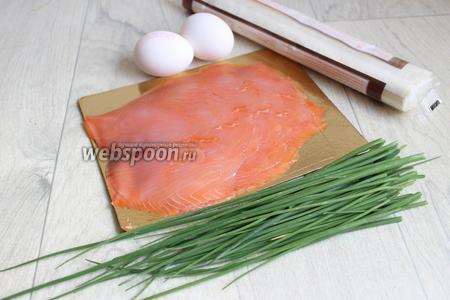 Берём зелёный лук, сёмгу малосольную или копчёную, яйца, тесто, сливки и укроп.