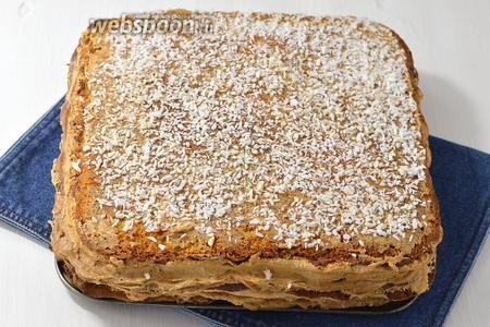 Верх и бока торта смазать кремом. Верх торта можно посыпать кокосовой стружкой. Отправить торт до подачи в холодильник.