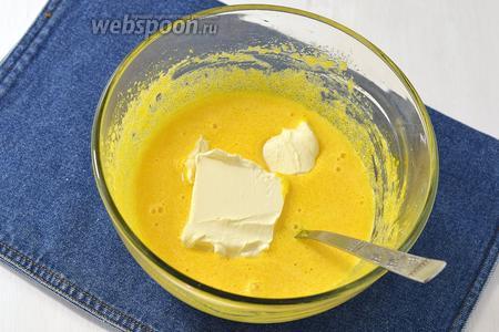 Желтки взбить с 1,5 стакана сахара и ванильным сахаром (20 г) до пышной массы. Добавить масло комнатной температуры (250 г), сметану (1 ст. л.) и лимонный сок (1 ст. л.) и ещё раз взбить.