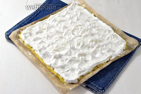 Белки (6 штук) взбить с сахаром (2 стакана) до крепкой пены. На тесто выложить 1/4 часть белков с сахаром. «Надёрнуть» ложкой белки, чтобы были пики.