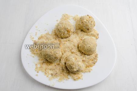 Охлажденную массу вынуть из холодильника. Сформировать шарики небольшого размера. В сухарно-ореховой смеси обвалять шарики.