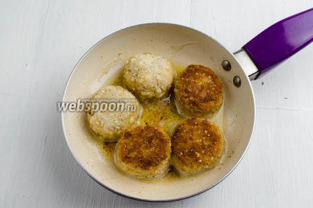В сковороде разогреть топлёное масло (80 г). Жарить котлеты на умеренном огне с двух сторон до румяности.
