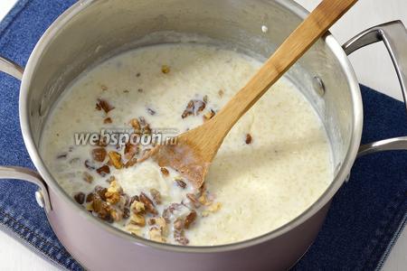 Добавить промытый изюм (15 г) и нарезанные орехи (1 ст.л.). Проварить 2-3 минуты. Снять с огня.