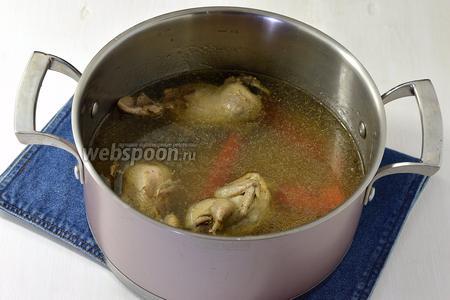 Перепелов промыть и залить 2,5 литрами воды. Добавить 1 очищенную и крупно нарезанную морковь и 1 очищенную луковицу, соль. Варить до готовности перепелов (приблизительно 35 минут).  Дальше перепелов вынуть, охладить и отделить мясо от костей. Морковь и луковицу с бульона убрать. Опустить в кипящий бульон очищенный целый картофель (4 шт.) и варить до готовности.